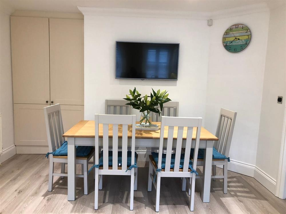 Finelia Table
